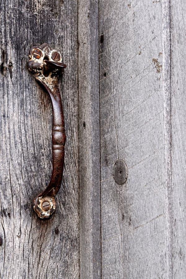 Puxador da porta histórico da cabana rústica de madeira fotos de stock royalty free