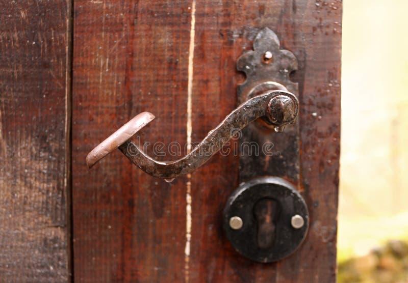 Puxador da porta oxidado antigo imagens de stock