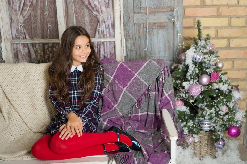 Puxando a árvore de Natal Inverno Menina bonito da criança pequena com presente do xmas Ano novo feliz Compra do Natal, idéia par fotos de stock