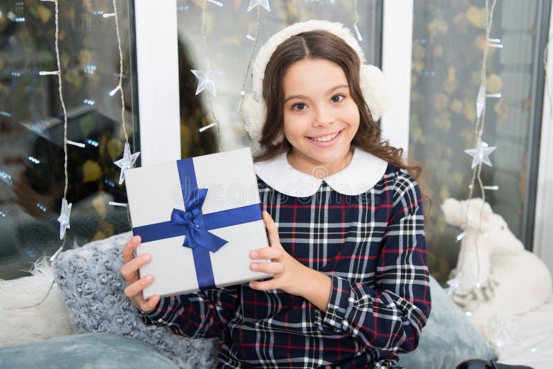 Puxando a árvore de Natal Inverno Menina bonito da criança pequena com presente do xmas Ano novo feliz Compra do Natal, idéia par foto de stock royalty free