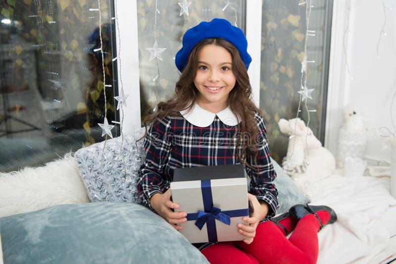 Puxando a árvore de Natal Xmas Menina bonito da criança pequena com presente do xmas Ano novo feliz Compra do Natal, idéia para s fotografia de stock
