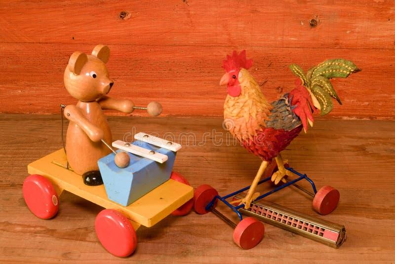 Puxe brinquedos e órgão de boca da harmônica Brinquedo do vintage Brinquedos retros para meninos e meninas imagens de stock