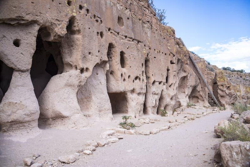Puye窑洞是洞和古老镇人民,告诉Anasazi,住在新墨西哥的多孔黏土废墟 免版税库存照片
