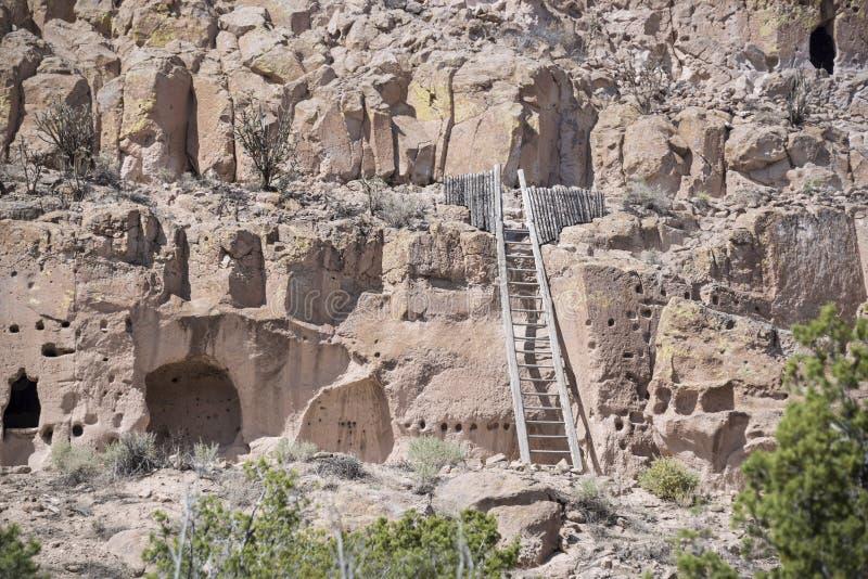 Puye Cliff Dwellings är runor var forntida pueblofolk som kallas Anasazi som bo arkivfoton
