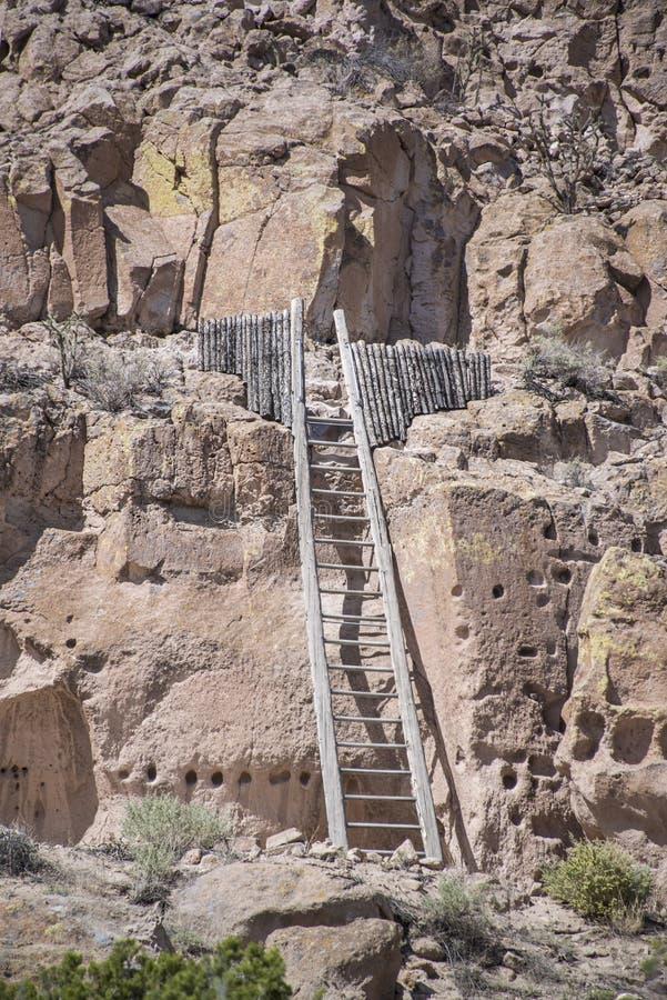 Puye Cliff Dwellings är runor var forntida pueblofolk som kallas Anasazi som bo arkivbilder