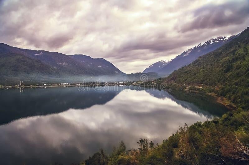 Puyuhuapi wioski brzeg w Chile zdjęcia stock