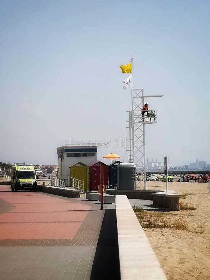 Puzol, Espanha 07/15/18: Salva-vidas que olha a praia imagem de stock royalty free