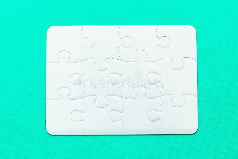 Puzzel met het missen van stuk op muntachtergrond stock foto