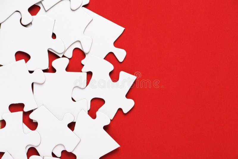 Puzzel op Rood royalty-vrije stock afbeeldingen