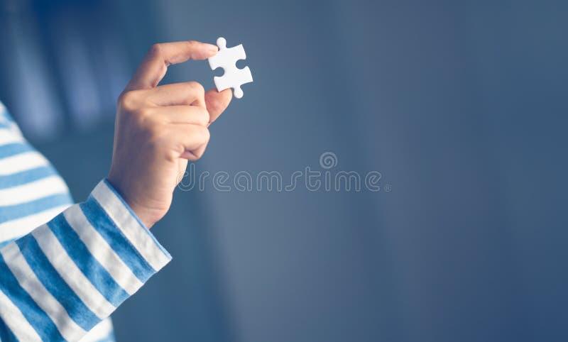 Puzzelholding met de hand op houten lijst royalty-vrije stock foto's