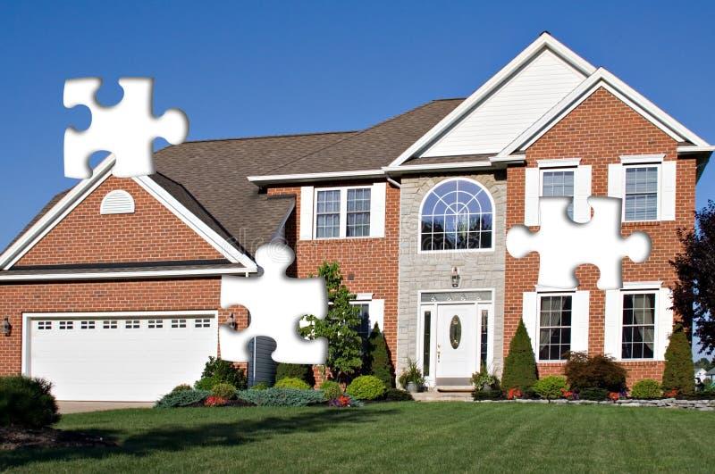 Puzzle à la maison suburbain image libre de droits