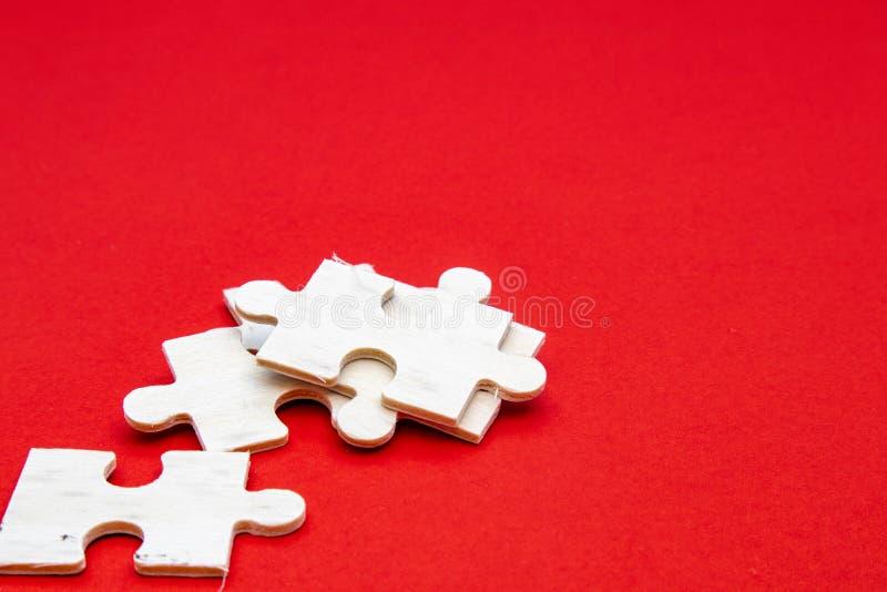 Puzzle aus weißem Holz auf rotem Hintergrund Für Meditation, Problemlösungsfähigkeiten und Geduld Business & lizenzfreie stockfotos