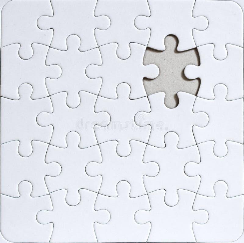 Puzzle in bianco con il pezzo mancante di puzzle fotografia stock