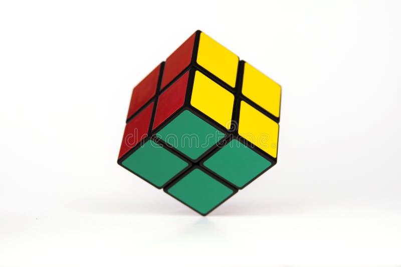 Puzzle challanging di mente semplice, cubo che sorvola fondo bianco, concetto di semplicit? immagine stock libera da diritti