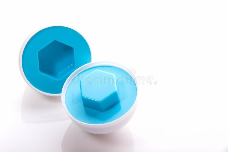Puzzle développemental d'oeufs en plastique de couleur bleue avec un hexagone SH image stock