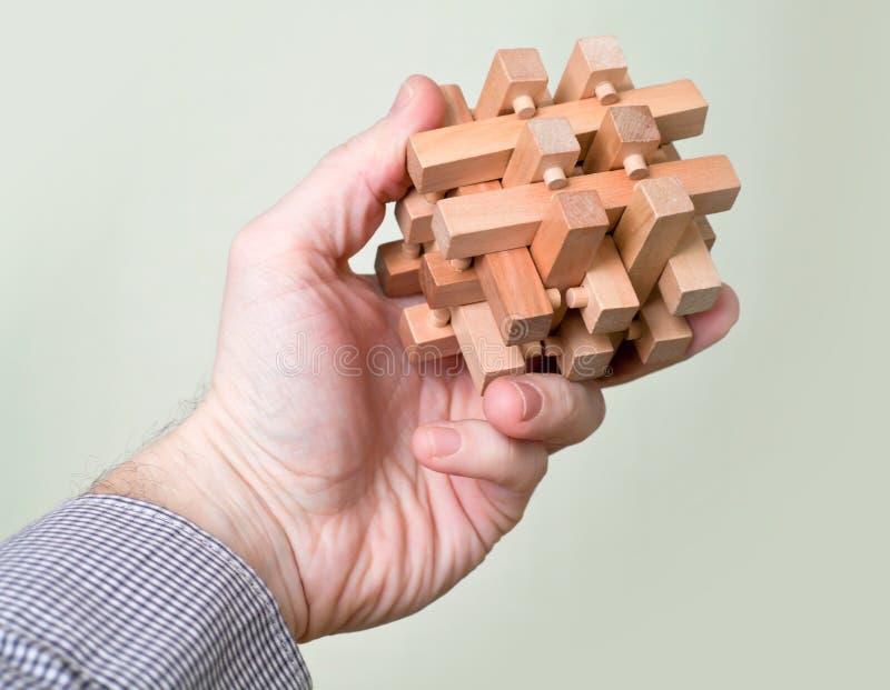 Puzzle dans la main d'un homme photos stock