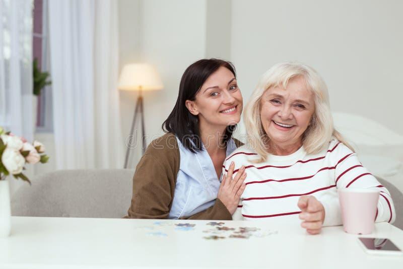 Puzzle de compilation attrayant de femme plus âgée et de travailleur social photo stock