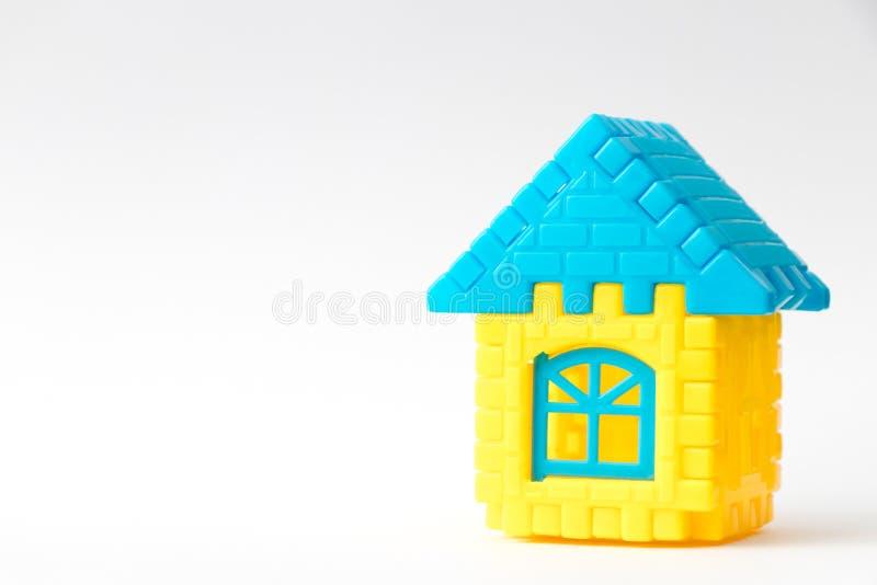 Puzzle del giocattolo collegarsi come forma della casa su fondo bianco & su x28; Concetto per l'investimento di sogno di prestito fotografie stock libere da diritti