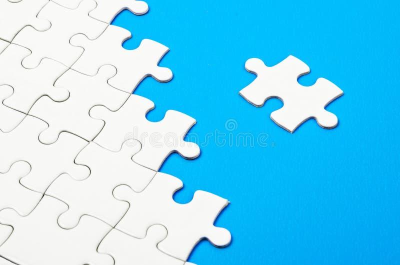Puzzle denteux blanc images stock