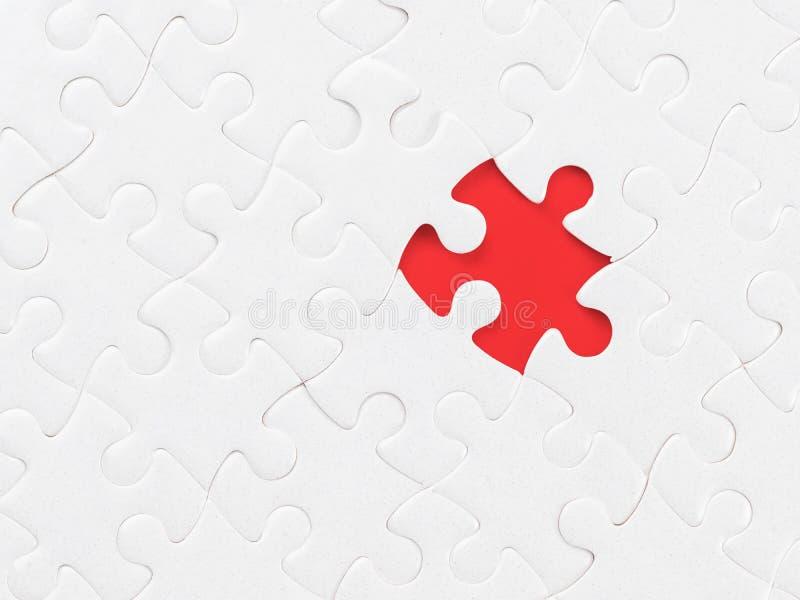 Puzzle denteux vide blanc sans une seule pi?ce sur le rouge avec le chemin de coupure sur le morceau absent images libres de droits