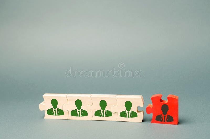 Puzzle di legno con l'immagine dei lavoratori Il concetto della direzione del personale nella societ? Allontanamento impiegati da fotografia stock libera da diritti