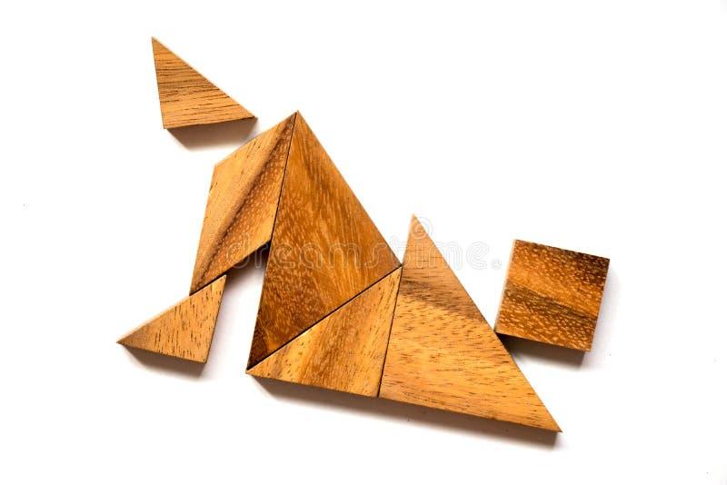 Puzzle di legno del tangram nella forma di caduta dell'uomo su fondo bianco fotografia stock libera da diritti