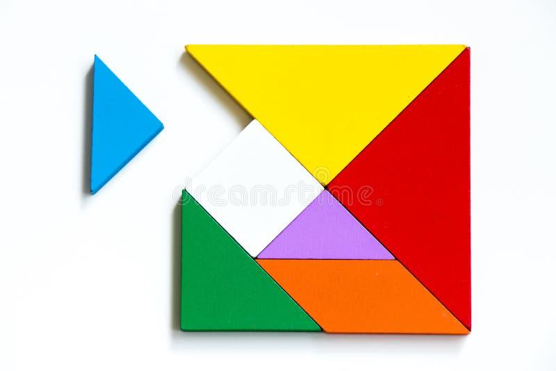 Puzzle di legno variopinto del tangram nella forma quadrata che attesa da completare fotografie stock libere da diritti