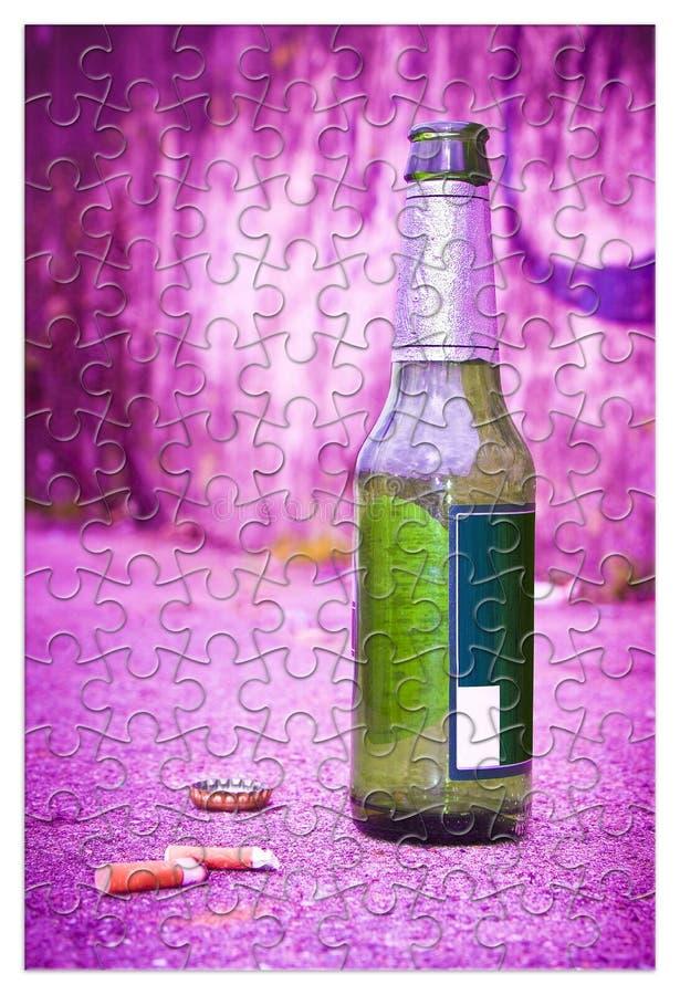 Puzzle di una bottiglia della birra che riposa sulla terra - liberi da dipendenza di alcool immagini stock