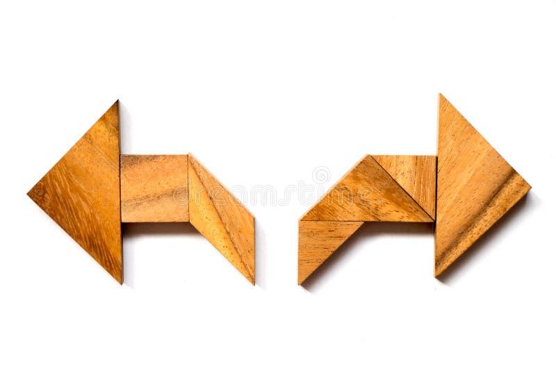 Puzzle en bois de tangram dans la forme de flèche de directioinal photographie stock