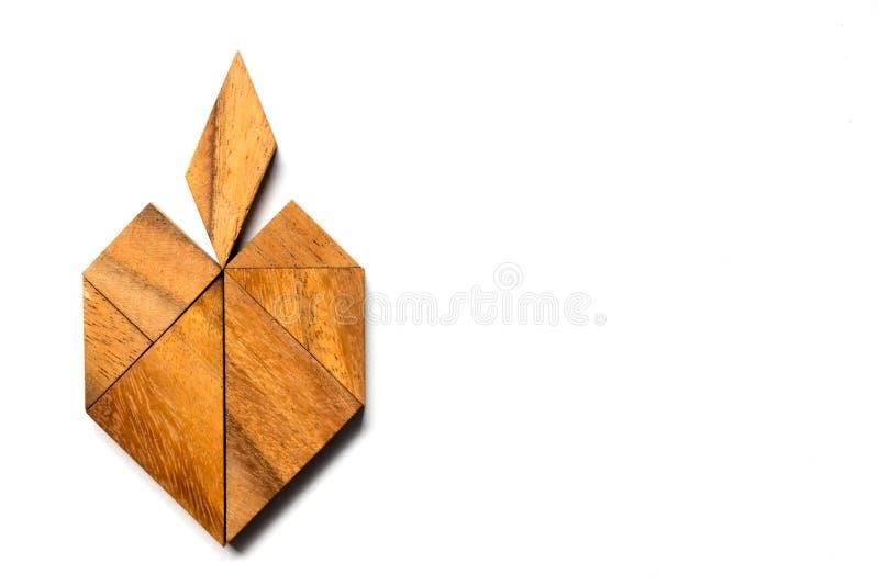 Puzzle en bois de tangram dans la forme de pomme sur le fond blanc photo libre de droits