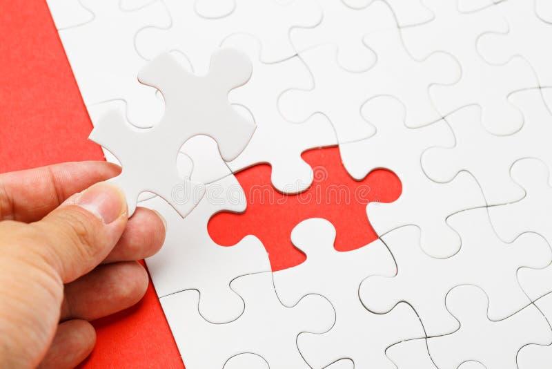 Puzzle incompleto con il pezzo mancante sulla mano umana immagini stock