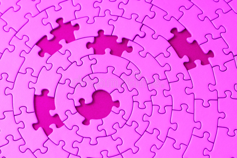Puzzle nel colore rosa con cinque parti mancanti fotografie stock libere da diritti