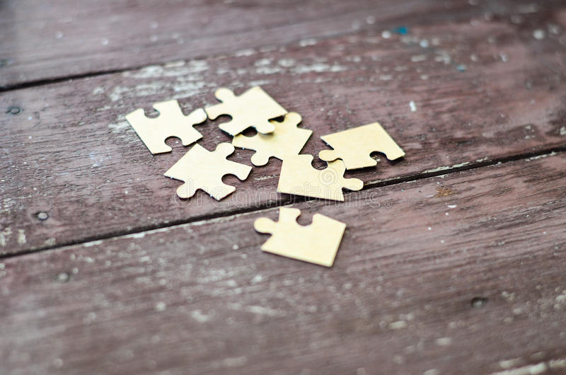 Puzzle sur le fond en bois images stock