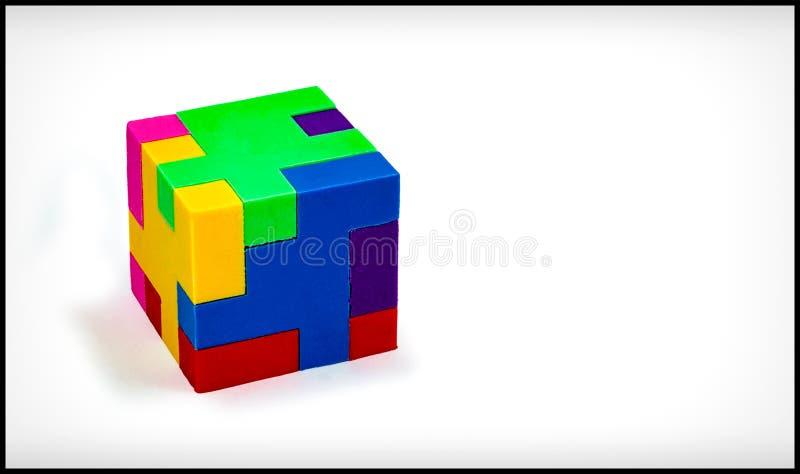 Puzzle tridimensionale del cubo su fondo bianco fotografia stock libera da diritti