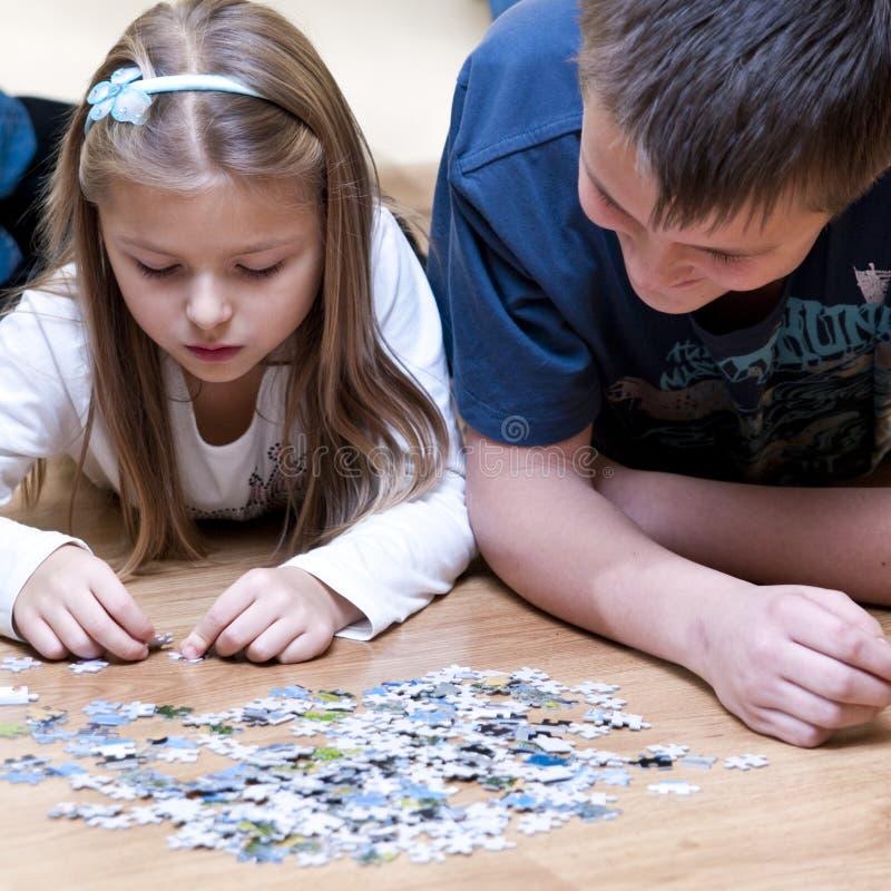 Puzzlebruder und -schwester stockbild
