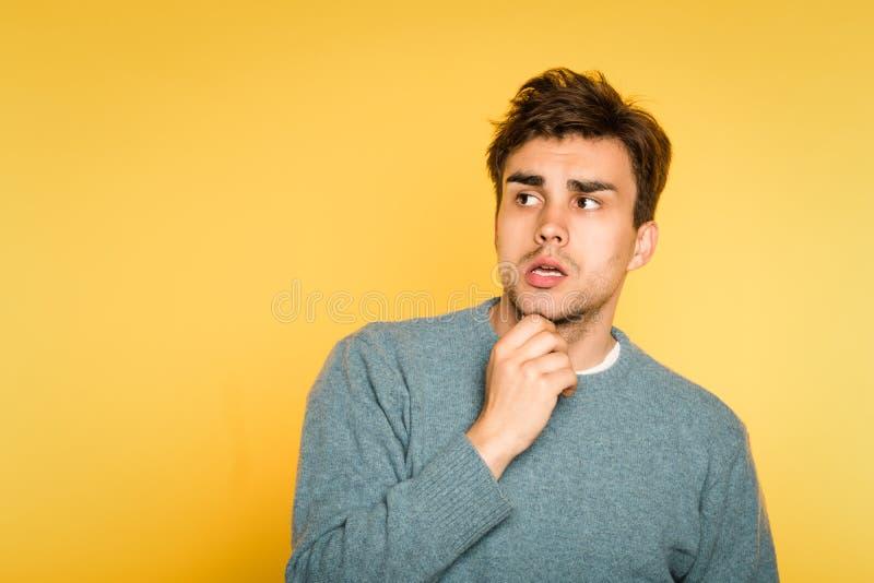 Puzzled confundió el pensamiento de la barba del rasguño del hombre imagenes de archivo