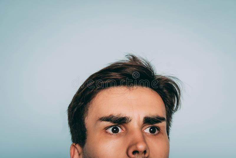 Puzzled desconcertar pío uncomprehending de la cara del hombre imágenes de archivo libres de regalías
