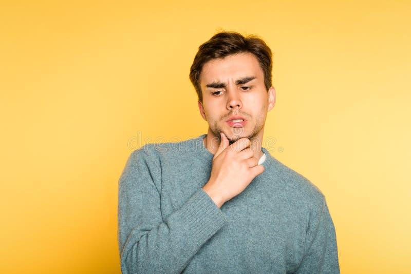 Puzzled desconcertou o homem pensa a emoção da barba do risco fotografia de stock royalty free