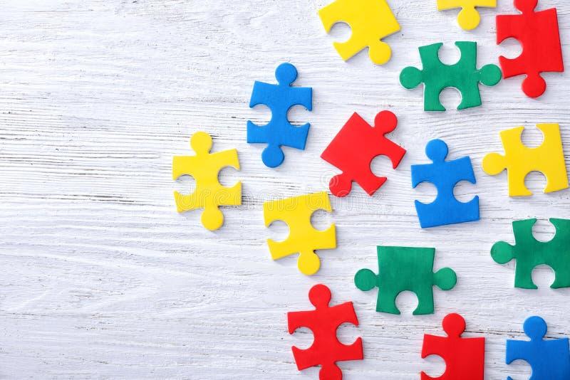 Puzzles de couleur sur le fond photographie stock