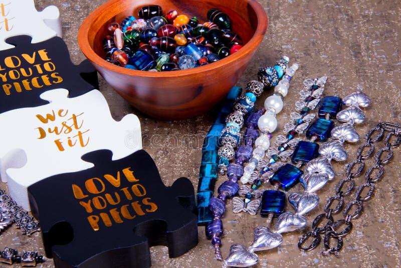 Puzzlespiel bessert mit Mitteilung aus, die wir gerade Sie zu den Stücken nahe bei zusammengebauten Perlen passen und lieben stockfoto