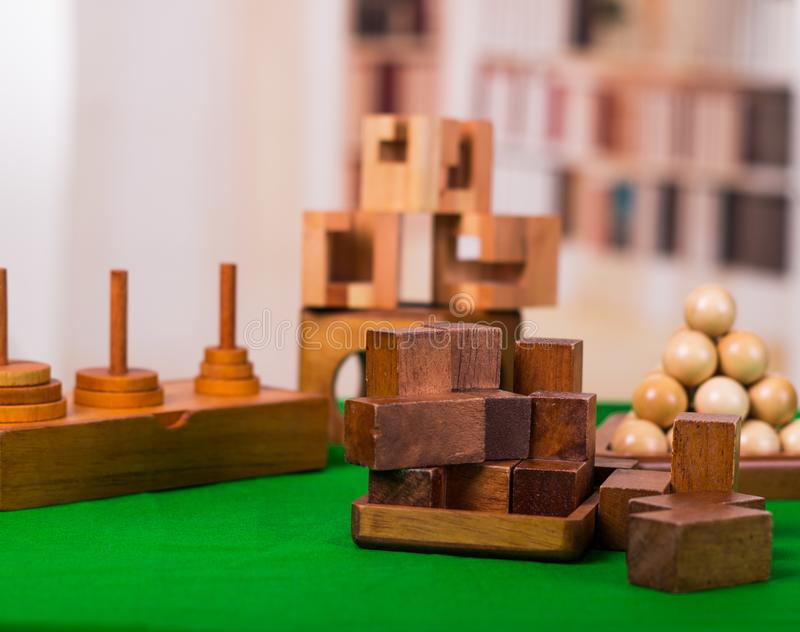 Puzzlespiel der Holzklotzgehirnharten nuss auf grüner Tabelle in einem unscharfen Hintergrund stockfotos