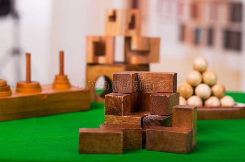 Puzzlespiel der Holzklotzgehirnharten nuss auf grüner Tabelle in einem unscharfen Hintergrund lizenzfreies stockfoto