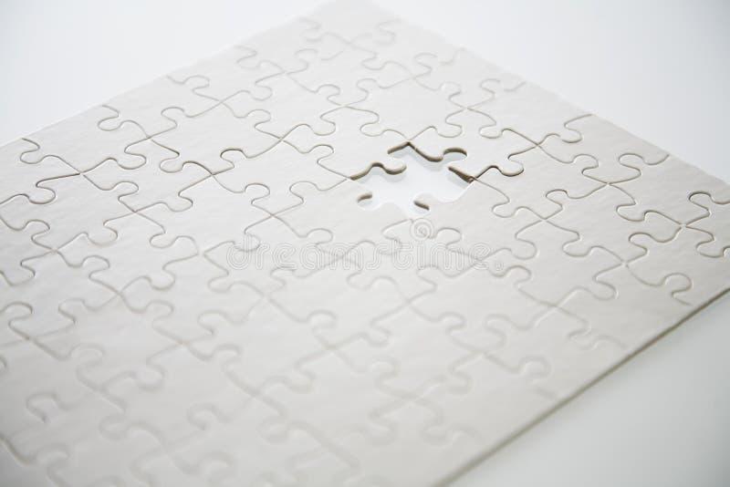 Puzzlespiel mit letzten Stückvermißten stockfotografie