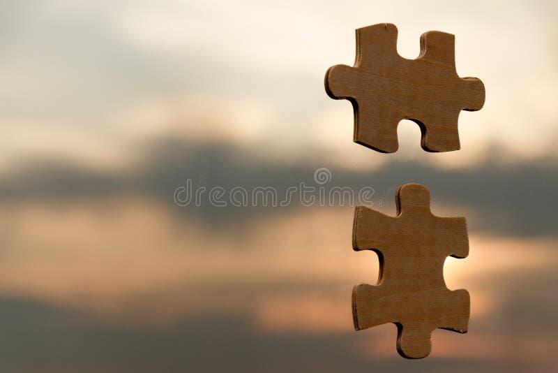 Puzzlespiel setzend, stellt auf Himmelhintergrund mit Wolken zusammen stockbild