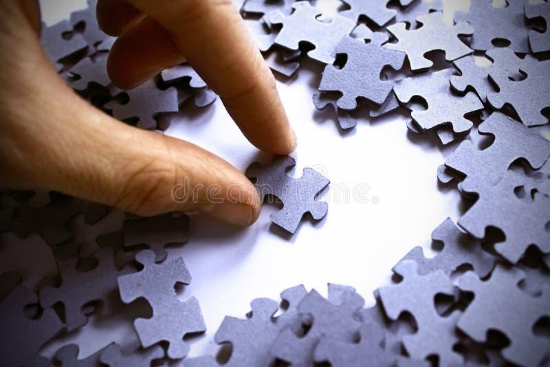 Puzzlespiel-Stück im Inneren stockbild