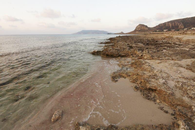 Puzzu-Strand bei dem Sonnenuntergang Favignana-Insel, Sizilien, Italien lizenzfreies stockfoto