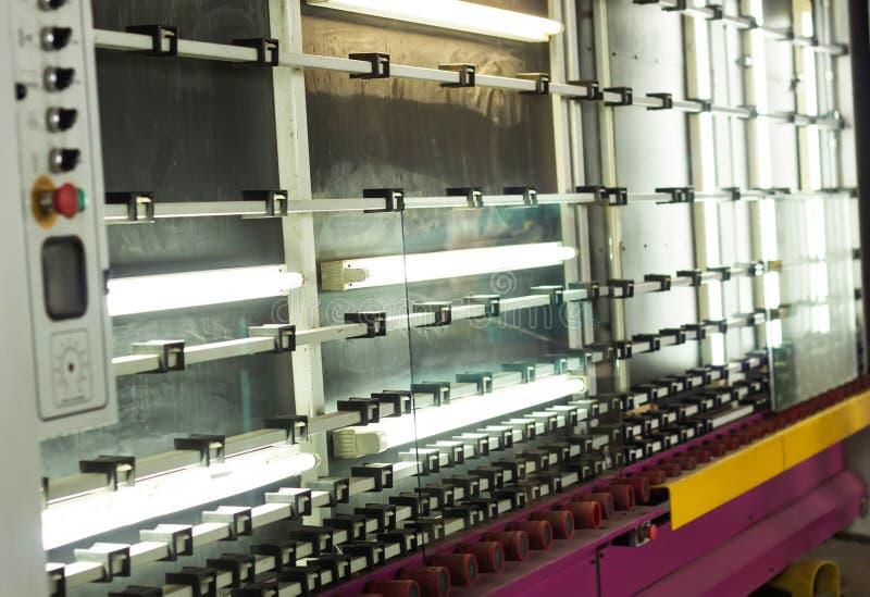 PVC窗口和被装双面玻璃的窗口,洗涤和烘干的玻璃一条线的生产绝缘的玻璃的生产的 库存照片