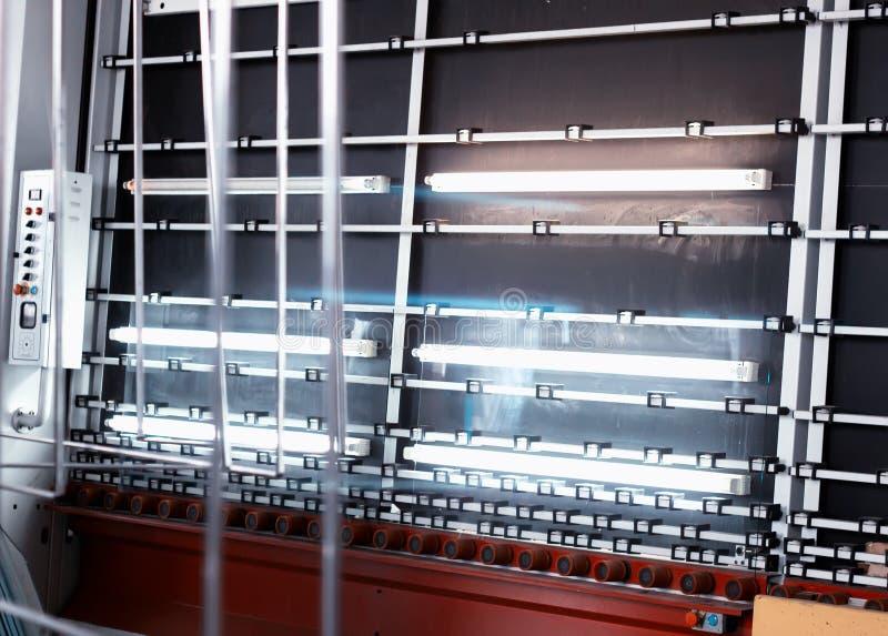 PVC窗口和被装双面玻璃的窗口,洗涤和烘干的玻璃一条线的生产绝缘的生产的 库存照片