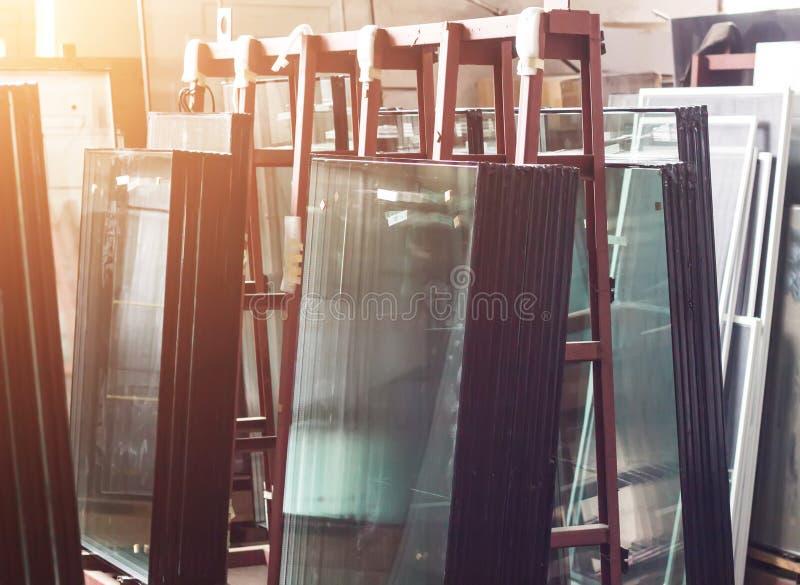 pvc窗口的生产,汇编的现成的被装双面玻璃的窗口在塑料pvc构筑,购物 库存图片
