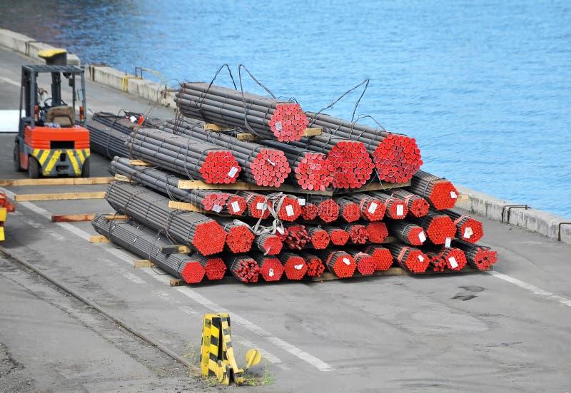 PVC e tubulação de aço empilhados fotos de stock royalty free